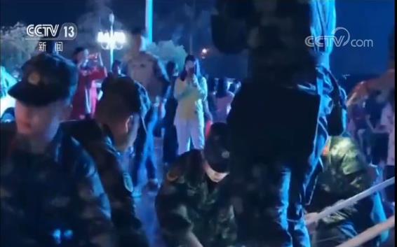 部�官兵第一�r�g奔赴震�^徒手爬上�U墟��施救援