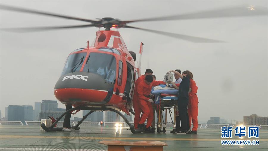 """(長寧地震·圖文互動)(1)長寧地震首位重傷員通過""""空中120""""轉運到成都接受治療"""